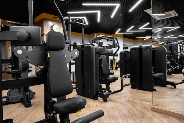 Modernes fitnessstudio mit neuen fitnessgeräten