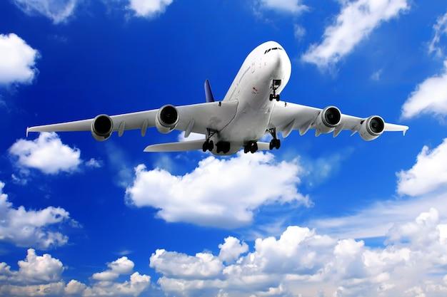 Modernes flugzeug am himmel nahe flughafen. ansatz