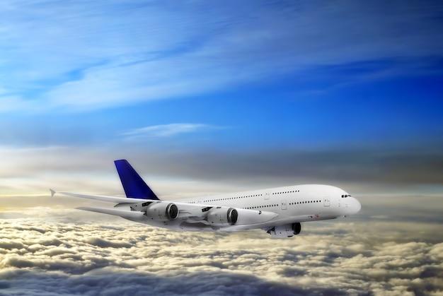 Modernes flugzeug am himmel nahe flughafen.