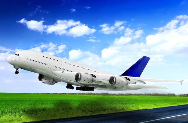 Modernes flugzeug im flughafen. auf der piste abheben.