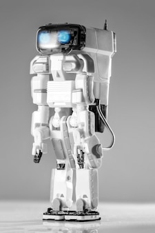 Modernes fortschrittliches autonomes roboterspielzeug isoliert.