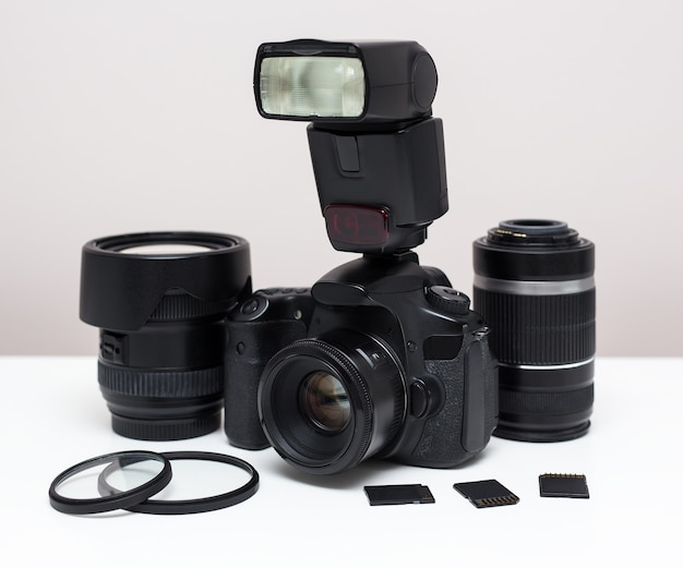 Modernes fotoequipment auf dem tisch