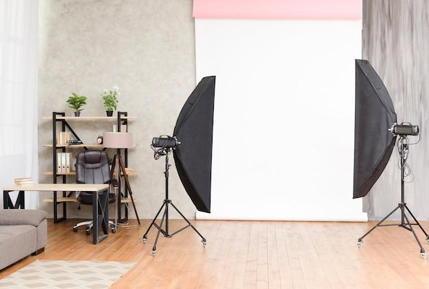 Modernes fotostudio mit lichtern und hintergrund