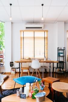 Modernes französisches nachtisch-café. verziert mit weißer farbe und hölzerner beschaffenheit.