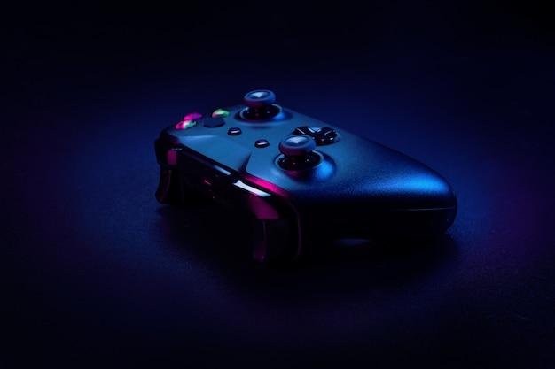 Modernes gamepad auf einer dunkelheit