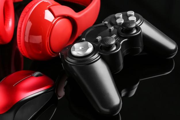 Modernes gaming-zubehör auf dunklem tisch, nahaufnahme