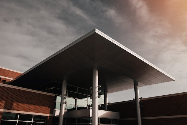 Modernes gebäude aus grauem und braunem beton aus einem niedrigen winkel