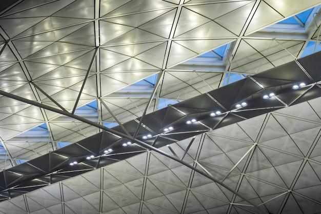Modernes gebäude der architektur mit der beleuchtung metallisch