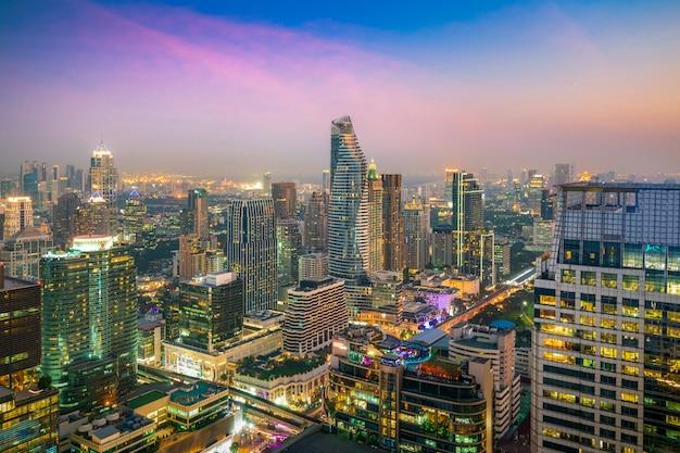 Modernes gebäude im geschäftsgebiet an bangkok-stadt mit skylinen in der nacht, thailand