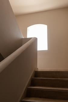 Modernes gebäude im östlichen stil mit beigefarbenen wänden, fenstern und sonnenlichtschatten