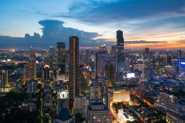 Modernes gebäude in bangkok-geschäftsviertel in bangkok-stadt mit skylinen in der nacht, thailand.