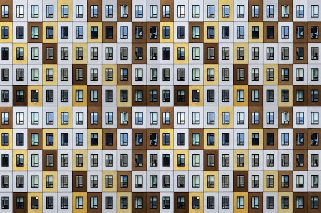 Modernes gebäude mit abstrakten architektonischen wendungen, die es wie ein kunstwerk aussehen lassen