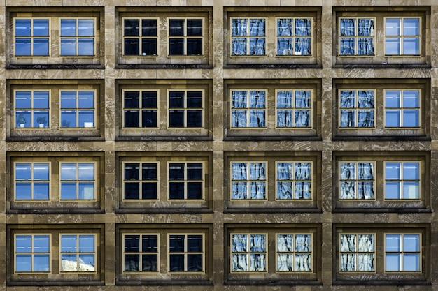 Modernes gebäude mit glasfenstern, die still das leben der großstadt bezeugen