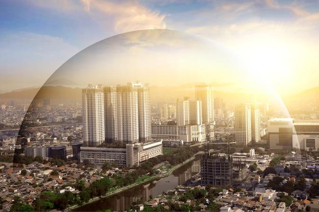 Modernes gebäude und wolkenkratzerblick mit kuppelschutz auf die stadt