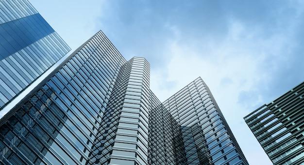 Modernes gebäudebüro und hintergrund des blauen himmels