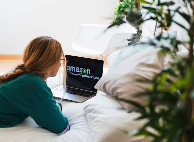 Modernes gerät mit amazon prime-video-app