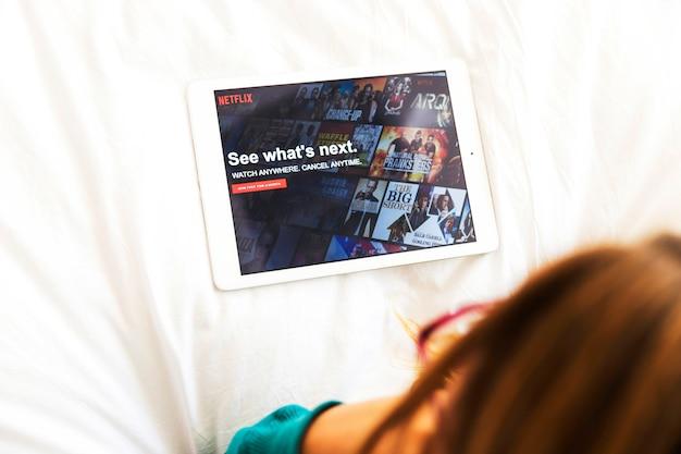 Modernes gerät mit netflix-app