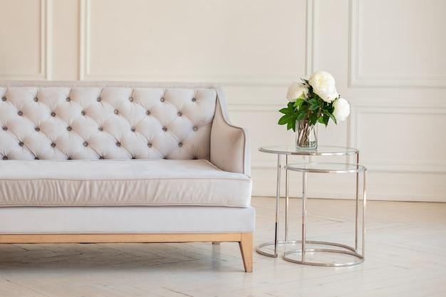 Modernes, geräumiges, minimalistisches wohnzimmer mit grauem sofa und couchtisch