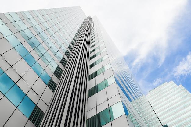 Modernes geschäftsbürogebäude mit glasfenstern reflektiert die skyline.