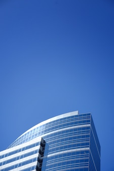 Modernes geschäftsgebäude, das den klaren himmel berührt