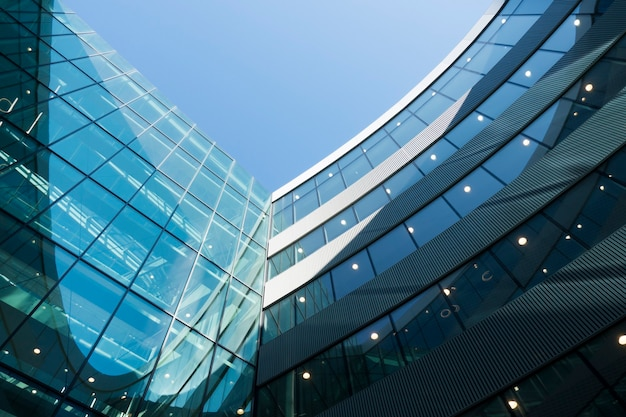 Modernes geschäftsgebäude gegen blauen himmel