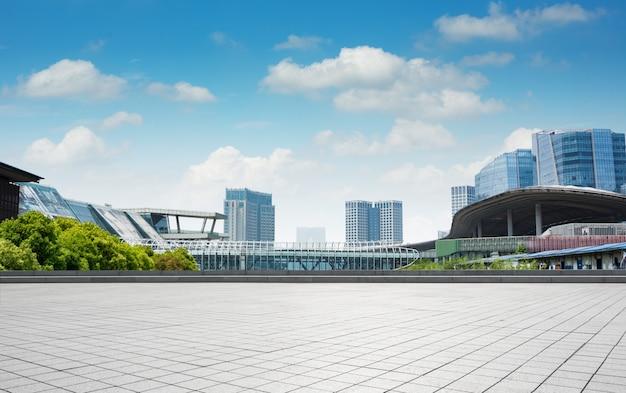Modernes geschäftsgebäude mit glaswand aus leerem boden