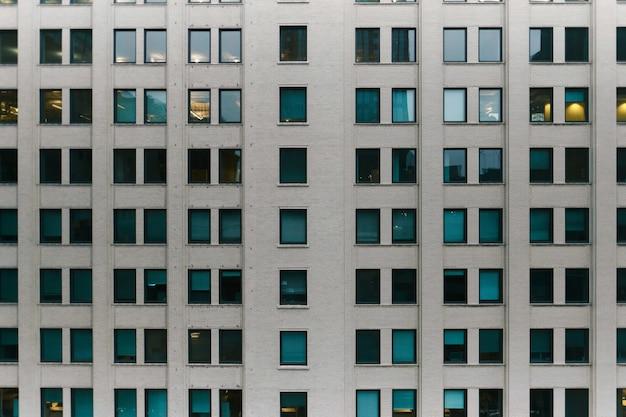 Modernes geschäftsgebäude während des sonnenuntergangs am abend