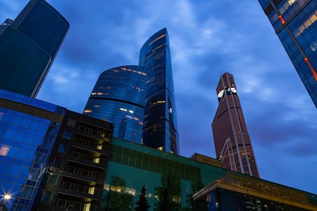 Modernes geschäftszentrum in den nachtlichtern