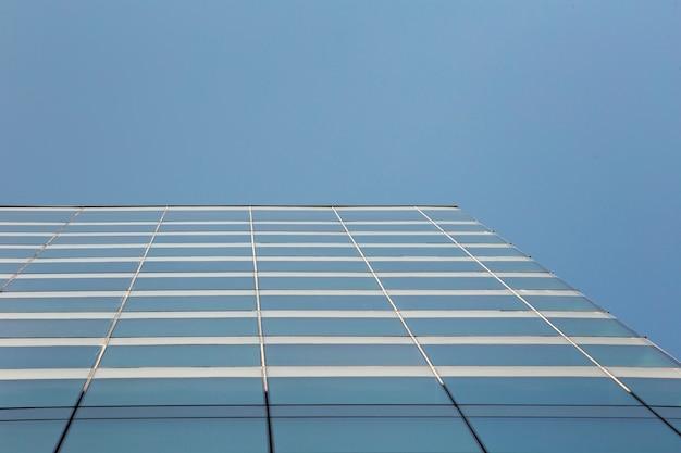 Modernes glasgebäude mit niedrigem winkel