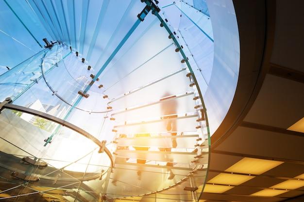 Modernes glastreppenhaus-schattenbild von gehenden leuten in shanghai-porzellan