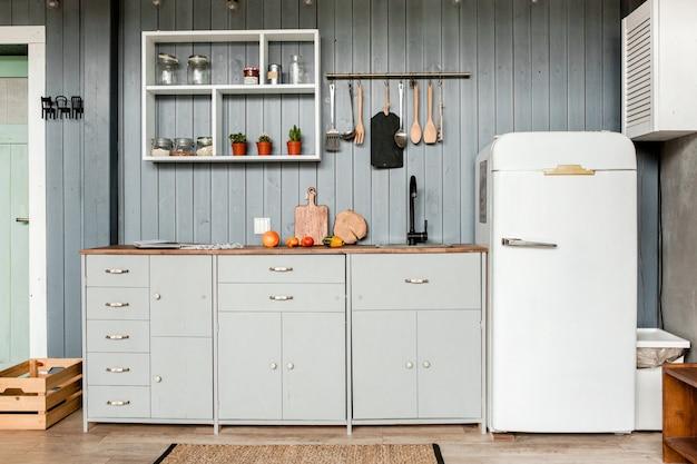 Modernes graues kücheninterieur im loftstil mit möbeln