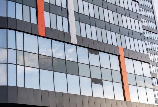 Modernes großes bürogebäude mit verspiegelten fenstern