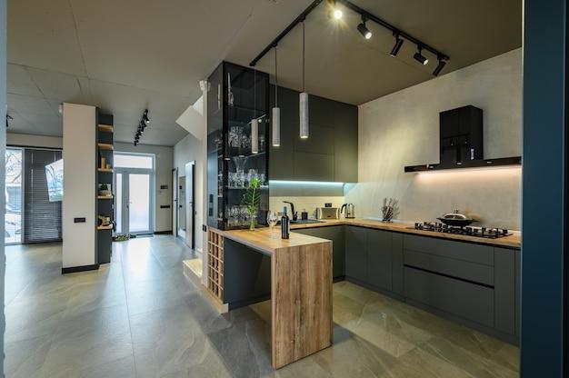 Modernes großes luxuriöses studio-apartment mit esstisch