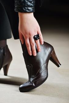 Modernes handgemachtes handwerksprodukt aus leder