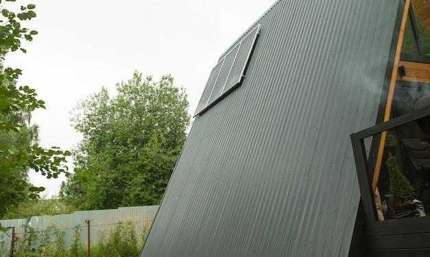 Modernes haus mit sonnenkollektoren auf dem dach.