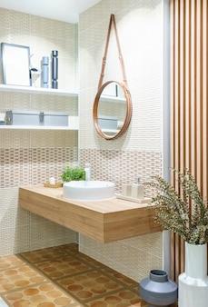 Modernes holzbad mit spiegel, wc, schrank und waschbecken