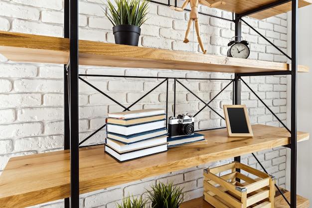 Modernes holzregal im dachbodeninnenraum