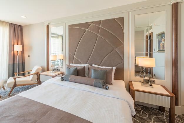 Modernes hotelzimmer mit großem bett
