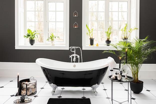 Modernes innenarchitektur des weißen und schwarzen badezimmers. elegante badewanne counter body skin zubehör wasserhahn anlage.