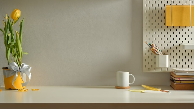 Modernes innendesign, arbeitsbereich mit briefpapier, blumentopf, tasse und kopierraum