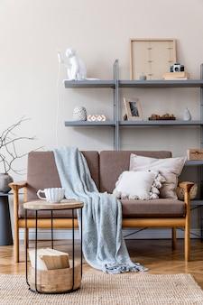 Modernes innendesign des wohnzimmers mit braunem holzsofa, grauem buchständer, vase mit blumen, couchtisch, dekoration und eleganten accessoires. beige und japanisches konzept. stilvolles homestaging.