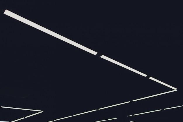 Modernes innenlicht in der futuristischen decke des einkaufszentrums mit beleuchtung.