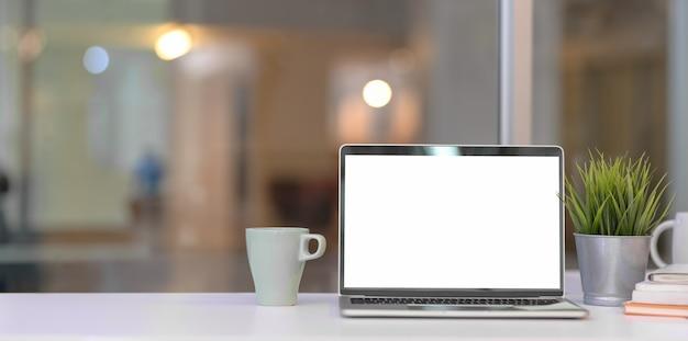 Modernes innenministerium mit offenem laptop des leeren bildschirms