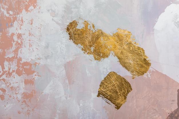Modernes interieur. dekorative malerei von wänden mit grauen und rosa farben und goldenen strichflecken gemalt