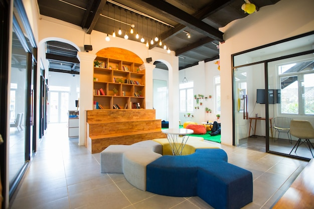 Modernes interieur der lobby mit ungewöhnlichen möbeln