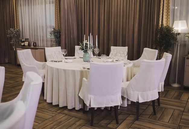 Modernes interieur des französischen restaurants im klassischen stil