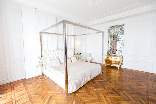 Modernes interieur eines luxuriösen großen hellen schlafzimmers.