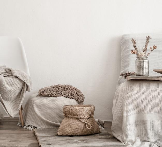 Modernes interieur mit haushaltsgegenständen. gemütlichkeit und komfort zu hause.
