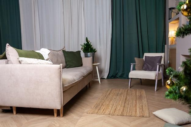 Modernes interieurhaus, sofa, stuhl und grüne vorhänge