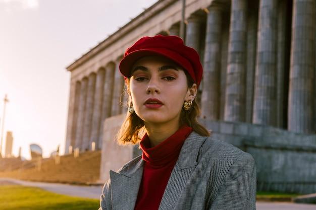 Modernes junges weibliches modell, das kamera betrachtet